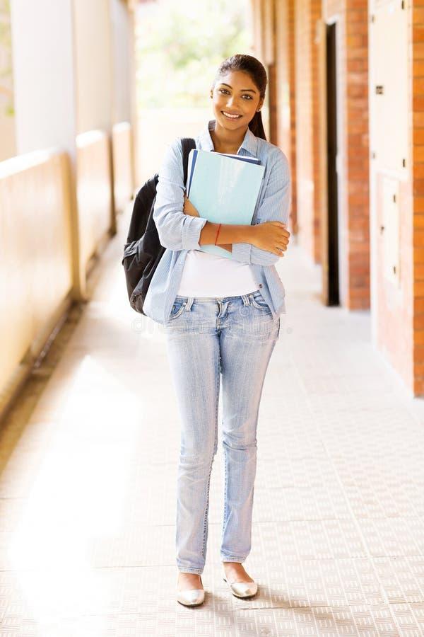 Проход ученицы колледжа стоковое изображение rf