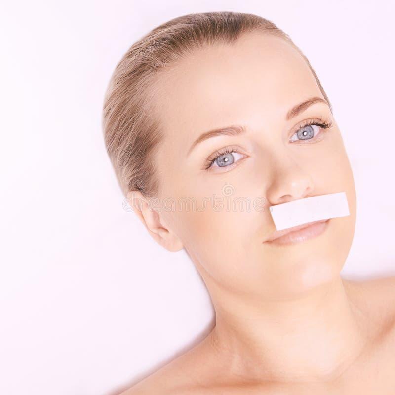 Процедура по спа депиляции Волосы женщины извлекают вощить Засахаривать Epilation Усик губы стоковая фотография