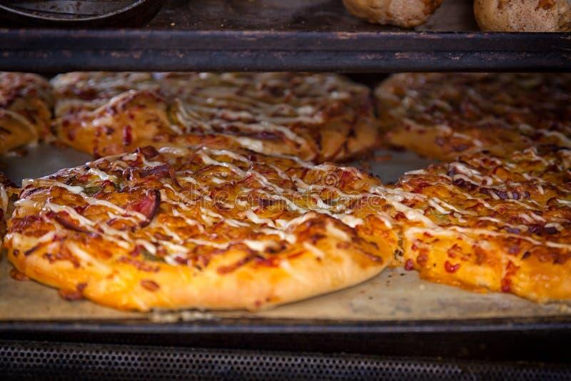 Процесс варить пиццу стоковое изображение