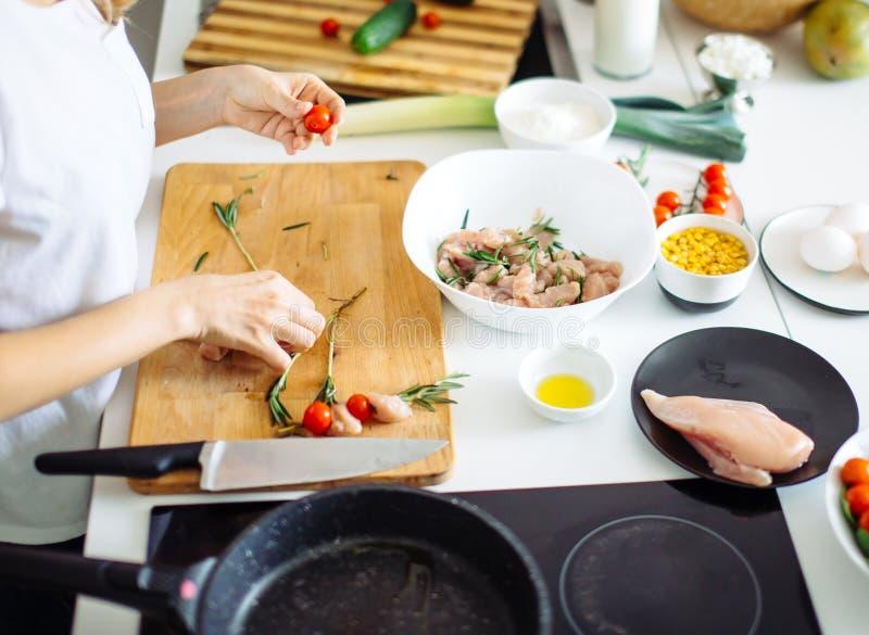 Процесс варить chiken кухня kebabs диеты дома стоковое изображение