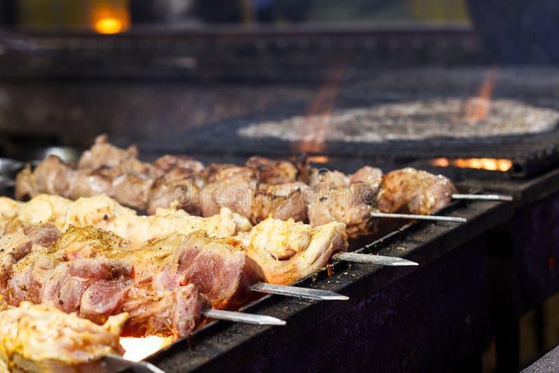 Процесс варить shish kebab на гриле металла в открытом стоковое изображение