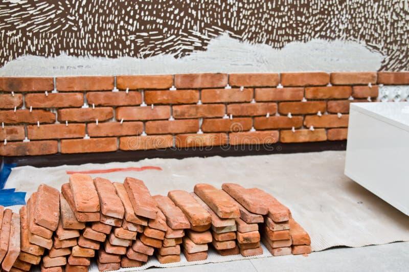 Процесс делать красную кирпичную стену, домашнюю реновацию стоковое изображение rf