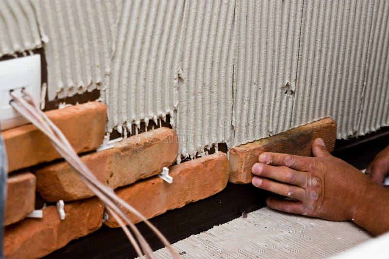 Процесс делать красную кирпичную стену, домашнюю реновацию стоковые фотографии rf