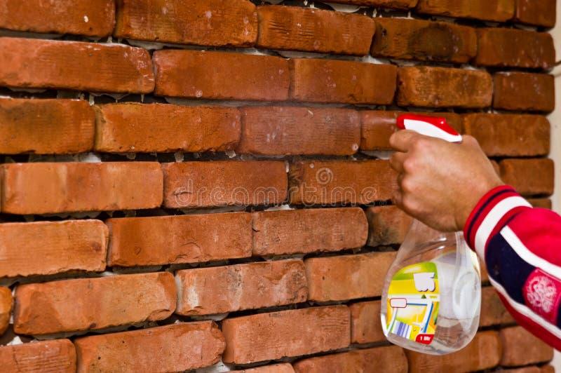 Процесс делать красную кирпичную стену, домашнюю реновацию стоковые изображения rf