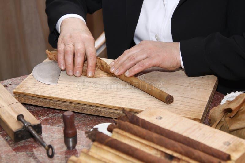 Процесс делать сигары вручную стоковое фото
