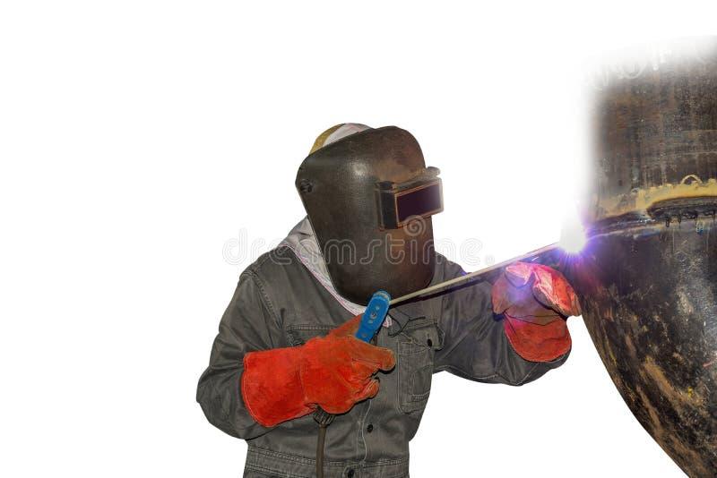 Процесс дуги заварки работника человека со стальной трубой стоковая фотография