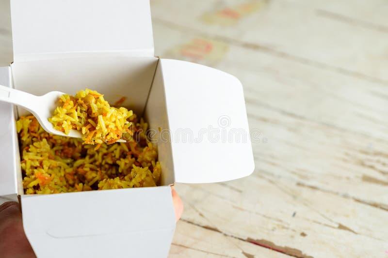 Процесс еды традиционного ближневосточного блюда риса стоковые фотографии rf