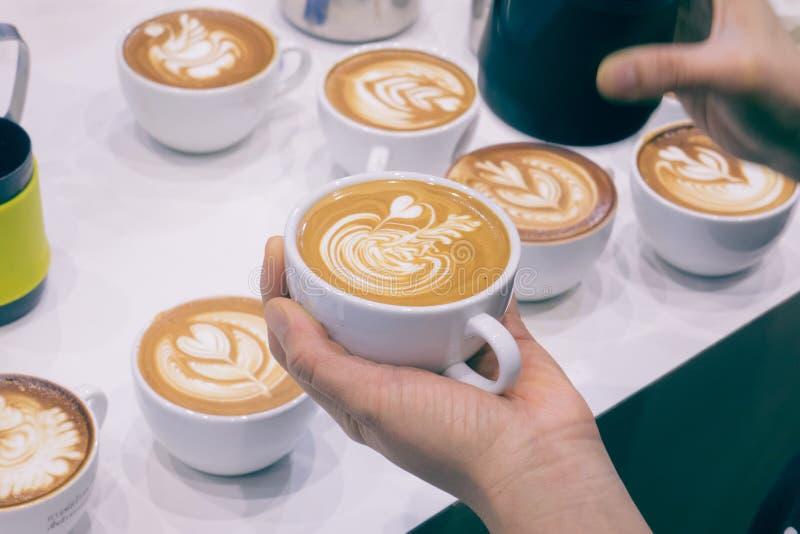 Процесс делать кофе стоковое изображение rf