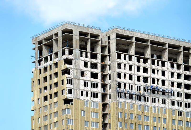 Процесс жилого дома высотного здания конструкции современного с пентхаусом над голубым небом в солнечном дне стоковое изображение