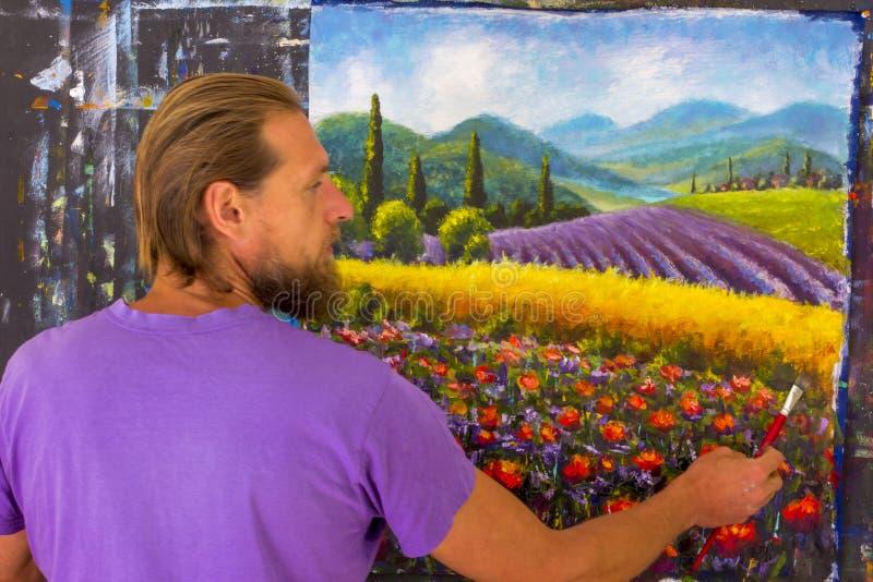 Процесс искусства творческий Художник создает крася итальянскую сельскую местность лета Тоскана Поле красных маков, поле желтой р стоковая фотография rf