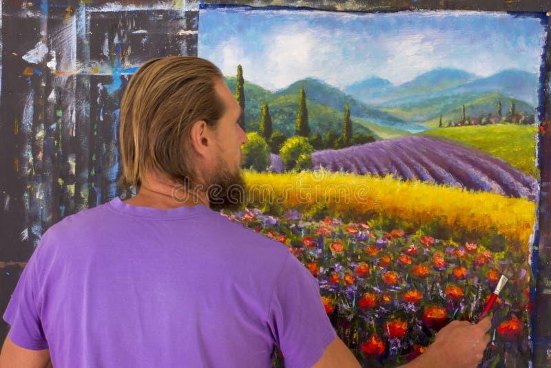 Процесс искусства творческий Художник создает крася итальянскую сельскую местность лета Тоскана Поле красных маков, поле желтой р стоковое изображение rf