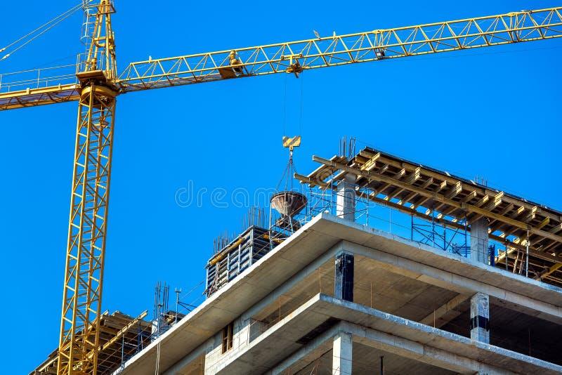 Процесс конструкции здания мульти-этажа стоковые изображения rf