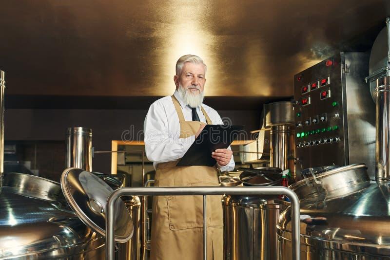 Процесс контроля работника винзавода brewering стоковое изображение rf
