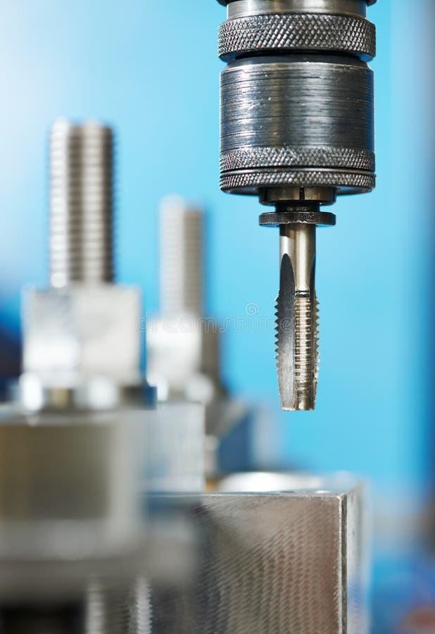 Процесс конца-вверх продевать нитку металла стоковое изображение rf