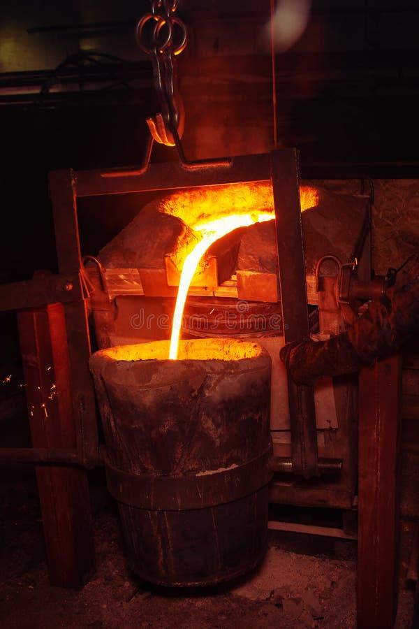 процесс литья металла с высокотемпературным огнем в фабрике части металла стоковая фотография