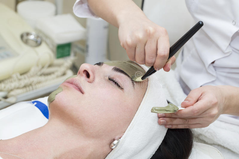 Процесс массажа и уходов за лицом стоковые изображения rf
