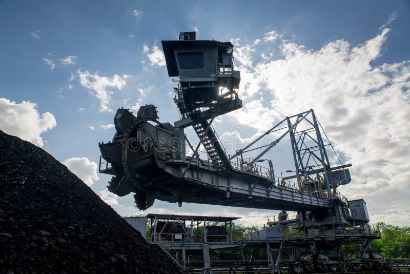 Процесс машинного оборудования в угольной шахте стоковая фотография