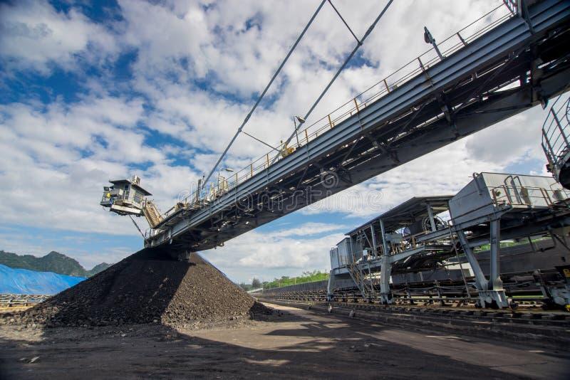 Процесс машинного оборудования в угольной шахте стоковое фото