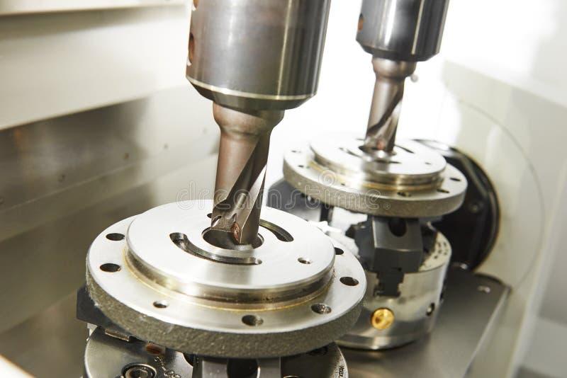 Процесс металла подвергая механической обработке двойной мельницей стоковые изображения
