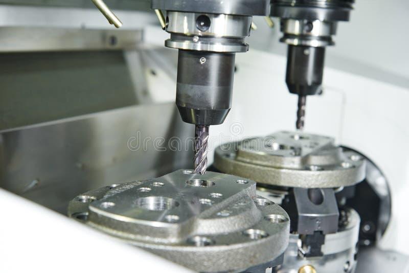 Процесс металла подвергая механической обработке мельницей стоковое изображение