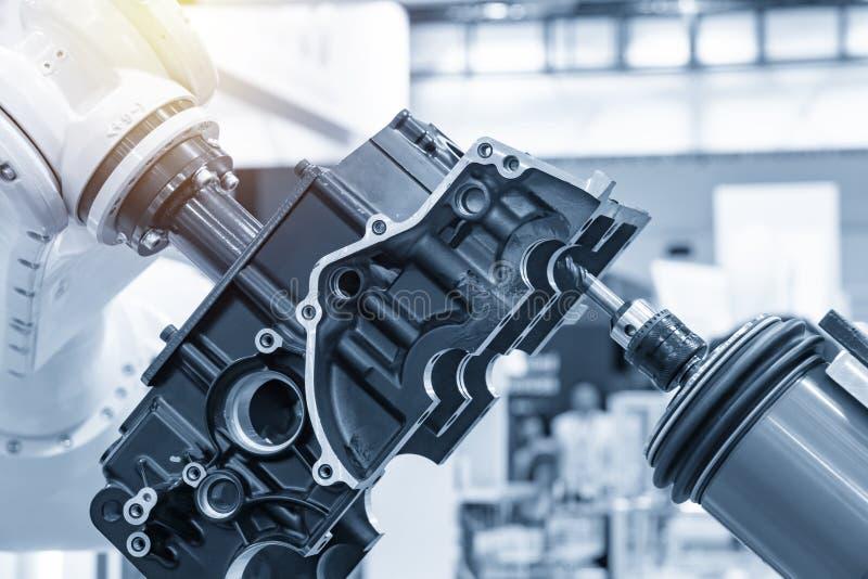 Процесс отделки автозапчастей путем заготовки шпинделя роботизированной рукой стоковое изображение rf