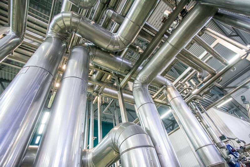 Процесс перегонки с много трубопроводов на новой яркой фабрике стоковые фото