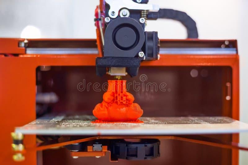 Процесс печати пластиковой модели на автоматической машине принтера 3d стоковое изображение rf