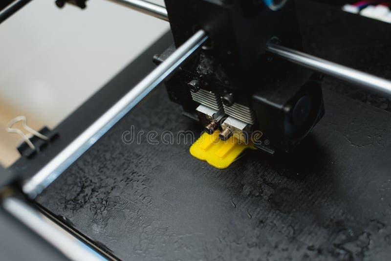 Процесс печати физической пластиковой модели на автоматической машине принтера 3d Аддитивные технологии, печатание 3D и прототипи стоковая фотография rf