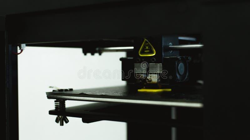 Процесс печати физической пластиковой модели на автоматической машине принтера 3d Аддитивные технологии, печатание 3D и прототипи стоковая фотография