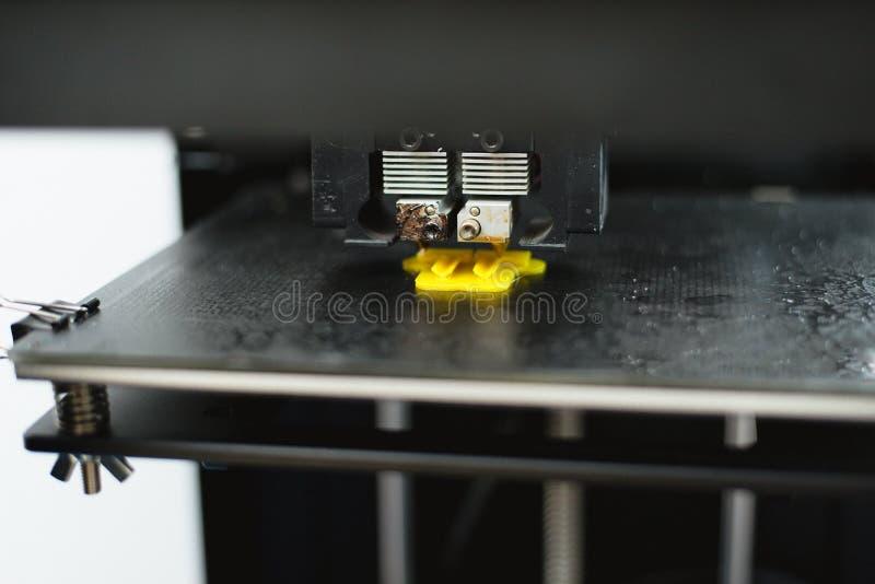 Процесс печати физической пластиковой модели на автоматической машине принтера 3d Аддитивные технологии, печатание 3D и прототипи стоковое изображение