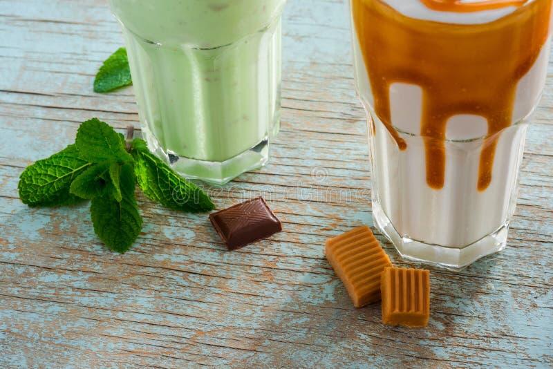 Процесс подготовки milkshakes стоковые фото