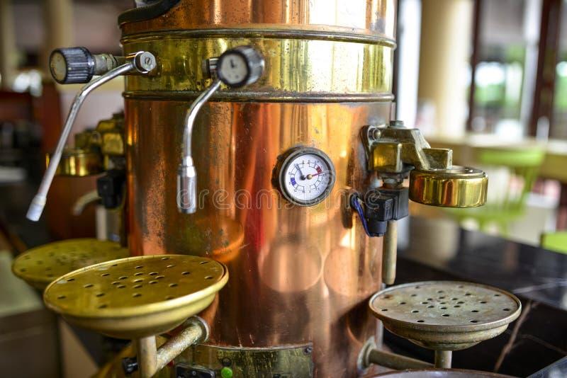 процесс подготовки фото машины выдержки espresso кофе длинний стоковая фотография