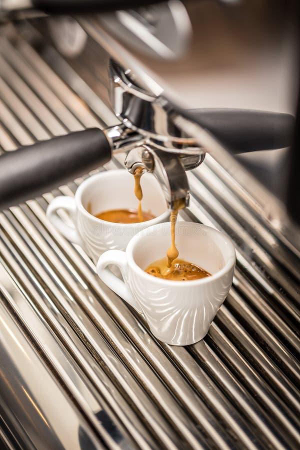 процесс подготовки фото машины выдержки espresso кофе длинний стоковые изображения rf