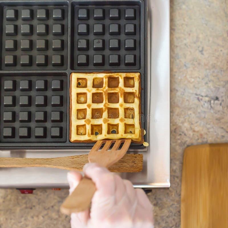 Процесс принятия бельгийской вафли в особенном утюге вафли стоковое фото rf