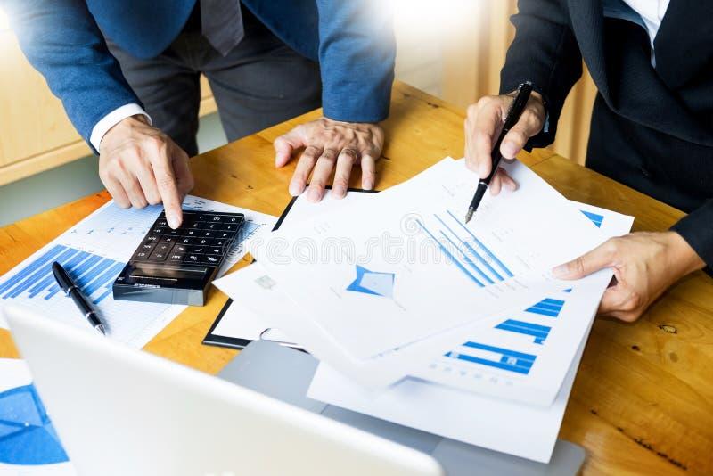 Процесс работы команды молодой экипаж коммерческих директоров работая с startup проектом компьтер-книжка в офисе анализирует план стоковая фотография rf