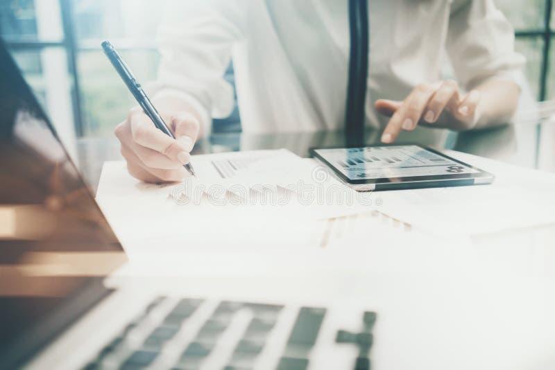 Процесс работы управляющего инвестициями Отчет о экрана таблетки touchig бизнес-леди фото современный Экран графика статистик стоковое фото rf