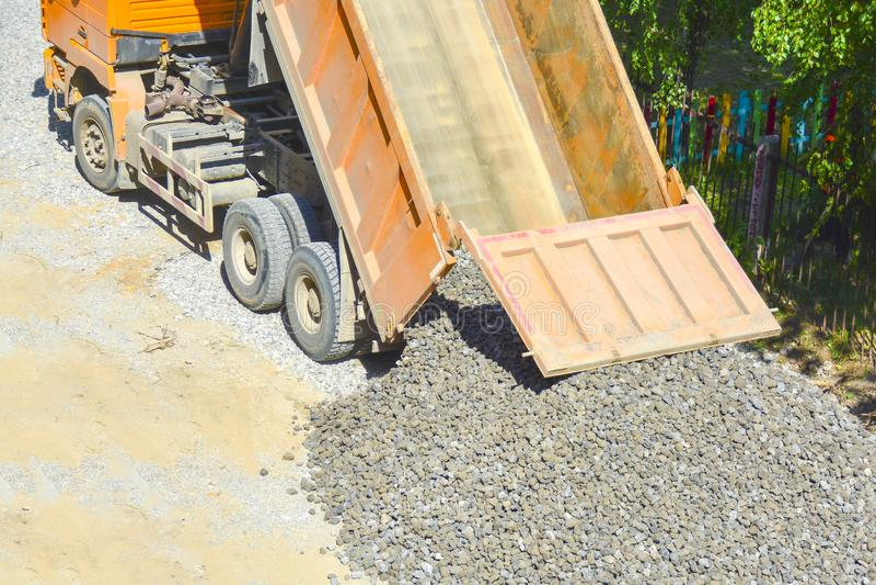 Процесс разгружать самосвал, самосвал разгружает щебень на том основании, взгляд сверху Концепция строительства дорог, стоковые фотографии rf