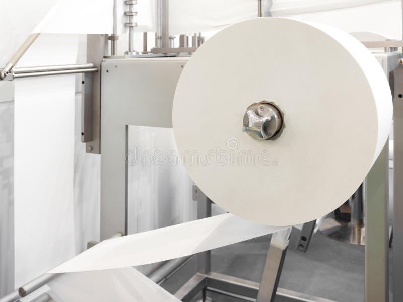 Процесс различных бумажных продуктов изготовляя внутри помещения стоковые фотографии rf