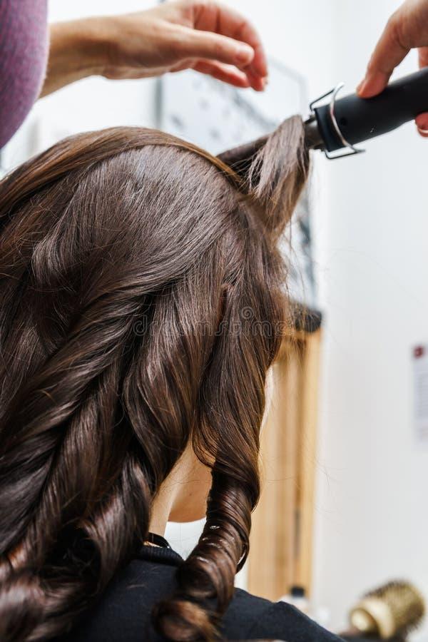 Процесс frizzle пока волос-одевающ стоковые изображения