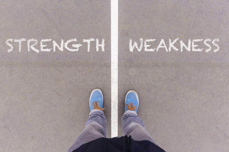 Прочность и слабость отправляют СМС на земле, ногах и ботинках асфальта дальше стоковая фотография rf