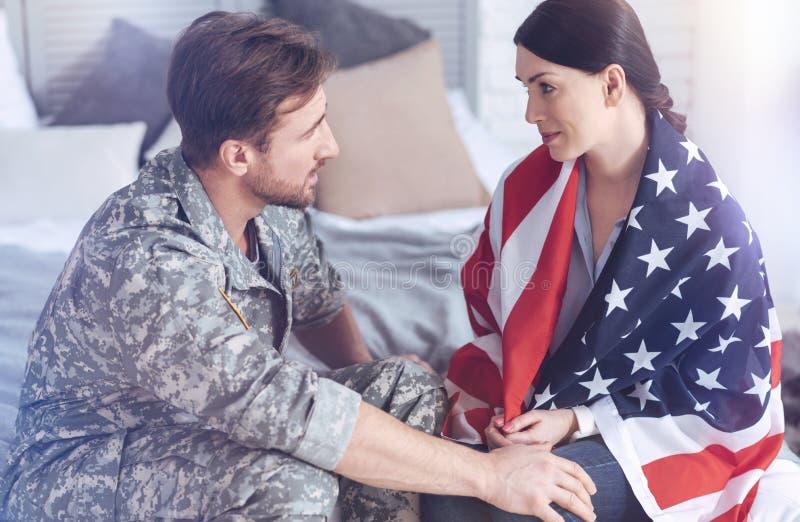 Прощание пожененных пар перед супругом выходя на военную службу стоковое фото rf