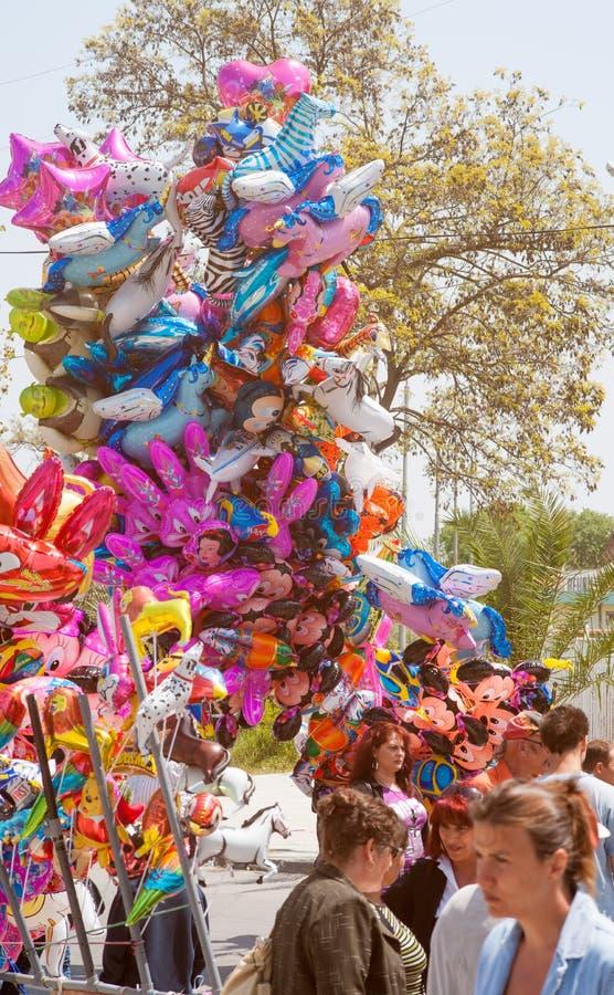 Download Продавец воздушного шара на празднике в Pomorie Редакционное Стоковое Изображение - изображение насчитывающей продавец, narrow: 40582674