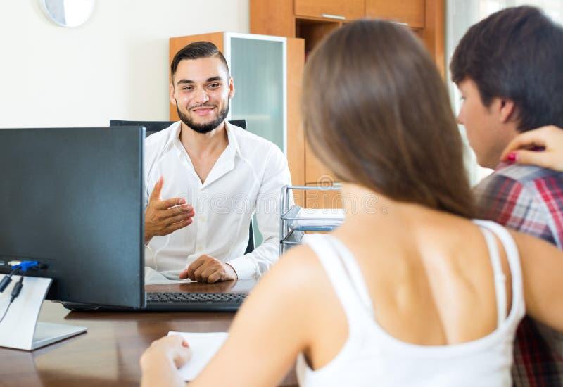Продавец и пары в офисе стоковое изображение rf
