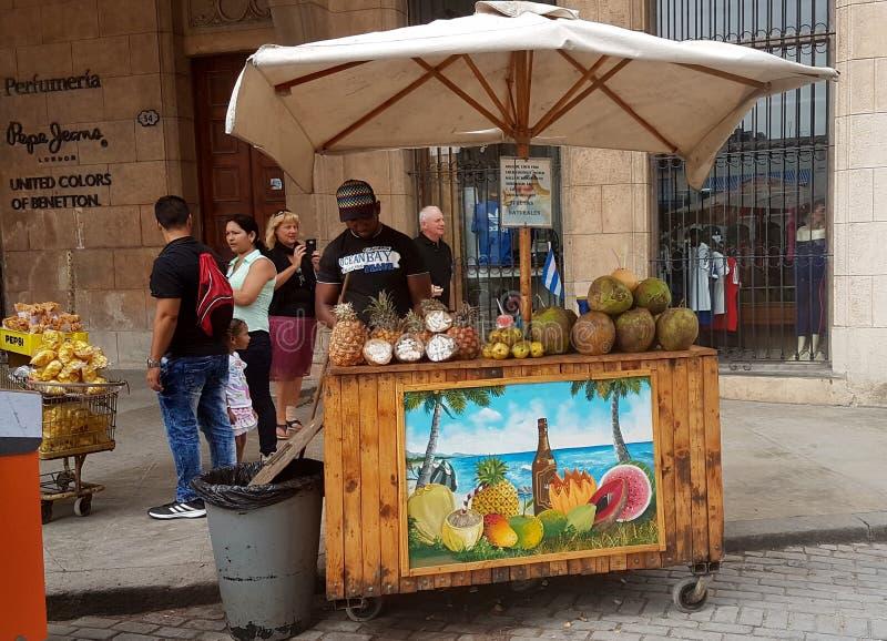 Продавец плодоовощ в Гаване Кубе стоковое фото