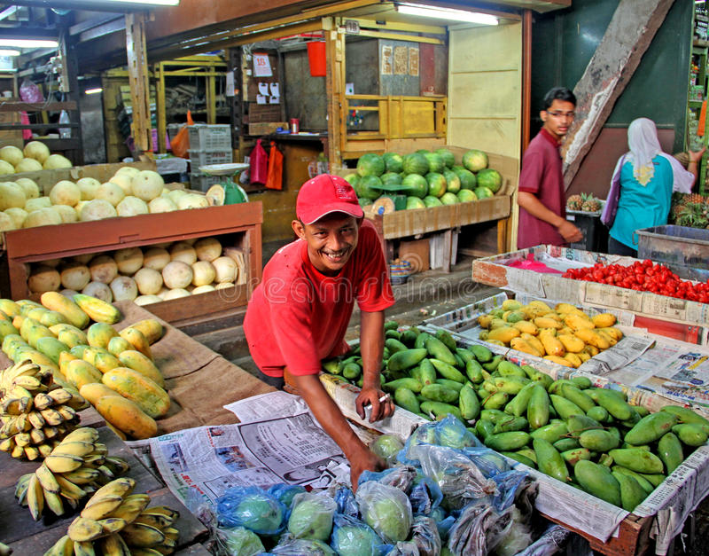Продавец плодоовощ в рынке стоковое фото rf