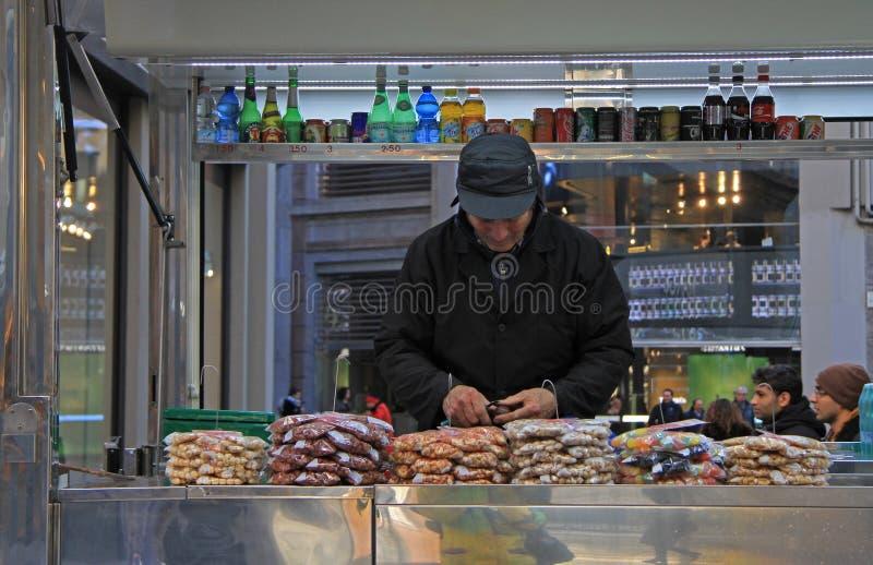 Продавец режет что-то в киоске, милане стоковые изображения rf