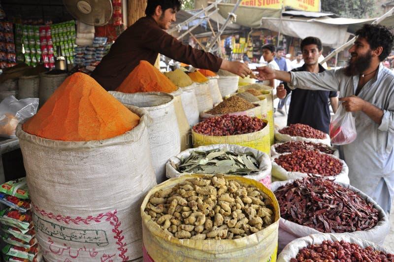 Продавец специи на рынке стоковое изображение rf