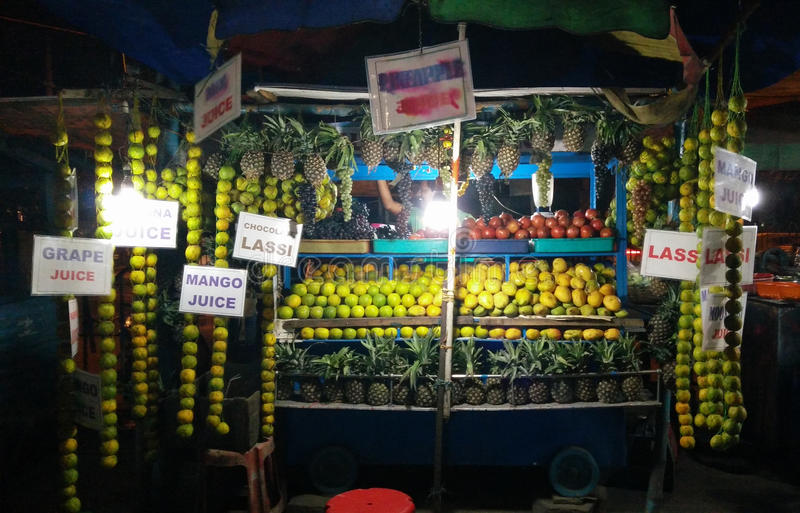 Продавец фруктового сока на ноче стоковые изображения rf