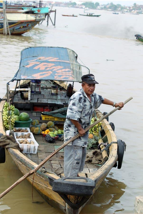 Продавец шлюпки на реке Musi, Палембанге, Индонезии стоковые изображения