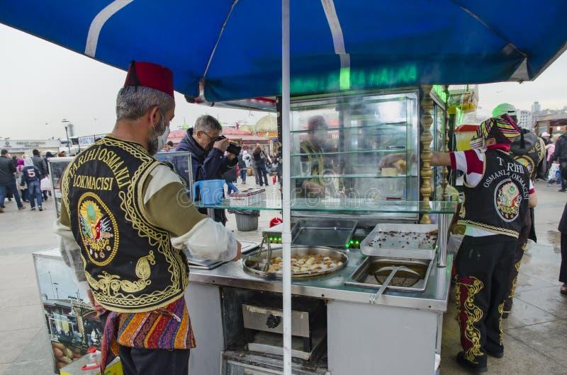 Продавцы помадки укуса тахты Eminonu традиционные стоковое фото